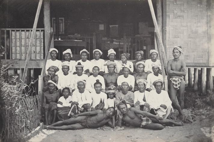 အိမ်ရှေ့ဆင်ဝင်ရှိ မြန်မာအမျိုးသားတစ်သိုက်၏ဓာတ်ပုံ (၁၈၆၈ ဝန်းကျင်)