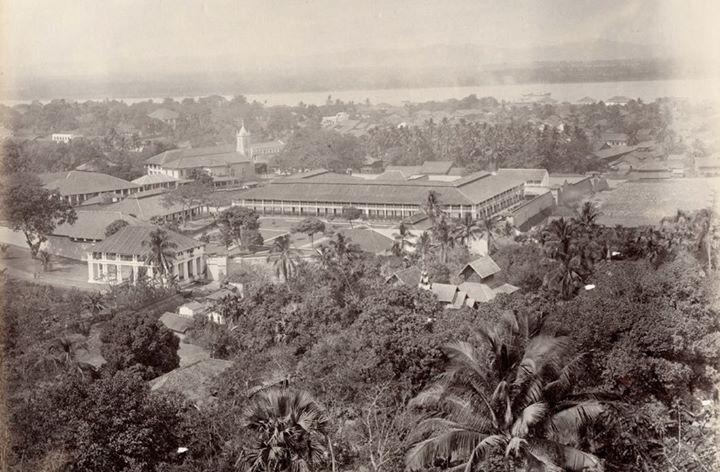 ၁၈၉၅ ခုနှစ်က မော်လမြိုင်မြို့။ ရှေ့ဘက်တွင် (ကျွန်တော့အထင်) စိန့်ပက်ထရစ်ကျောင်း ရှိသည်။
