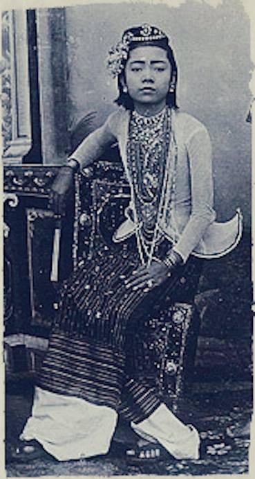 """၁၈၉၅ ခုနှစ်ဝန်းကျင်က မန္တလေးမြို့ """"စီလမ်း"""" ရှိ ယောဟန်နက်စ် ကုမ္ဗဏီ စတူဒီယို (Johannes & Co. Studio) တွင် ရိုက်ကူးထားသော မြန်မာ အငြိမ့်မင်းသမီးပုံ။"""