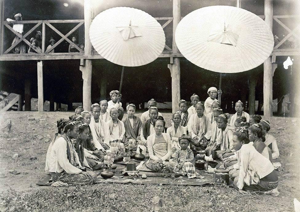 ၁၈၉၀ ပြည့်နှစ် ဝန်းသိုစော်ဘွား၏ မဟာဒေဝီနှင့် သားဖြစ်သူတို့ကို ဆွေမျိုးရင်းချာများ၊ အခြွေအရံများနှင့်တကွ တွေ့မြင်ရစဉ်