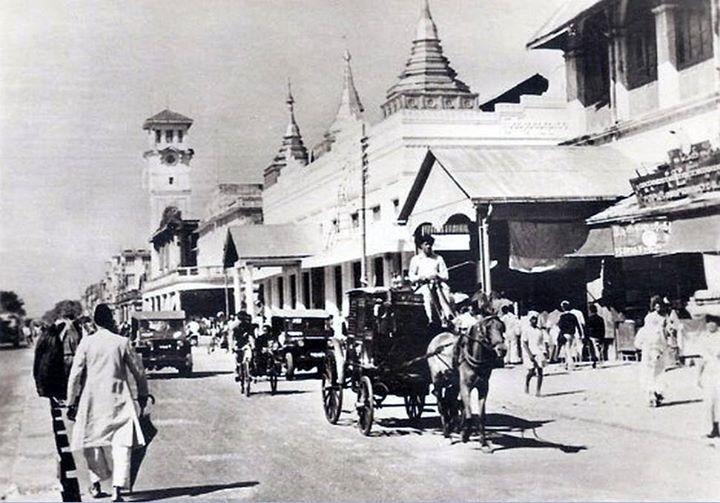 ၁၉၄၀ ပြည့်နှစ်ဝန်းကျင် ဒါလဟိုဇီလမ်း (ယခု မဟာဗန္ဒုလလမ်း)  သိမ်ကြီးဈေး (မူလ စူရတီဘူရာဈေး) အနီးတွင် ဖြစ်သည်။